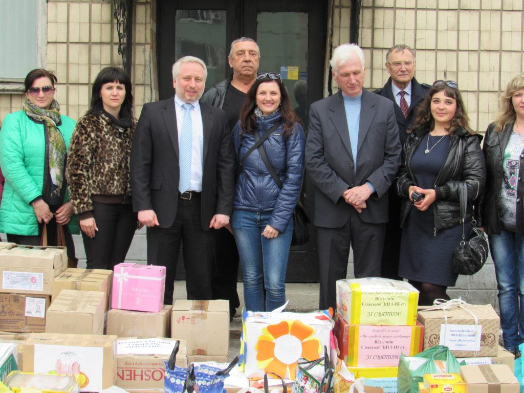 Жители Мелитопольского района передали подарки волонтерам для бойцов