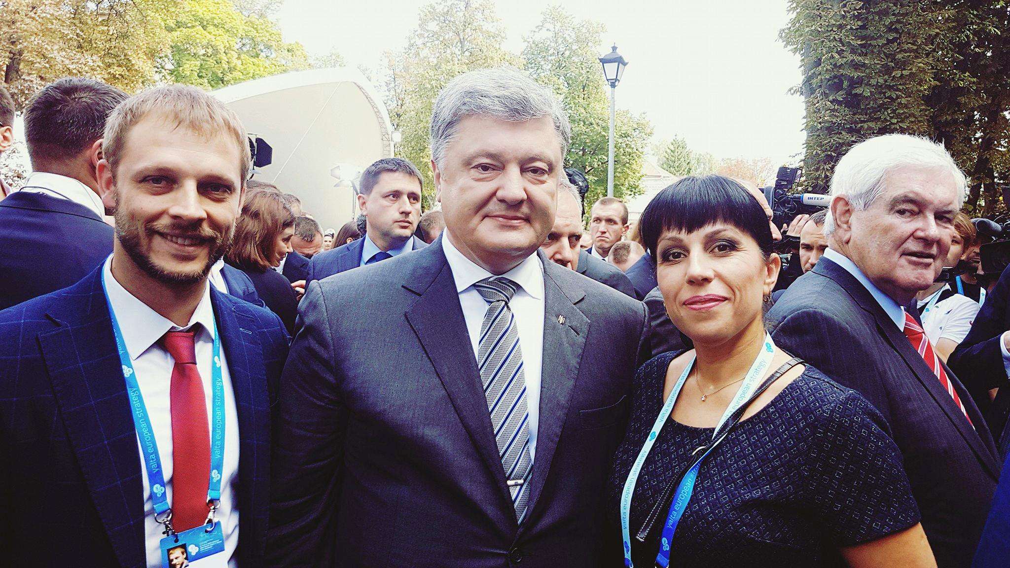 Президент Петр Порошенко познакомился с руководителем мелитопольской волонтёрской группы «Патриот»